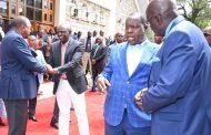 الرئيس ونائبه يلتقيان أثناء الصلوات في الكنيسة يوم الأحد