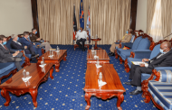 الرئيس الكيني يجري محادثات مع قائد القيادة الامريكية في افريقيا