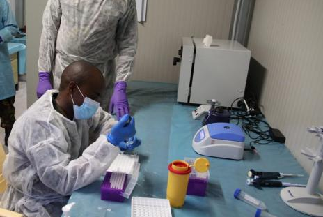 قوات الدفاع الكينية تقيم مختبرا طبيا في بلدة صومالية