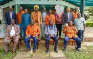 رايلا أودينغا يلتقي بشيوخ قبيلة